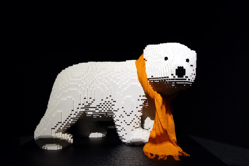 The Art Of The Brick ours blanc